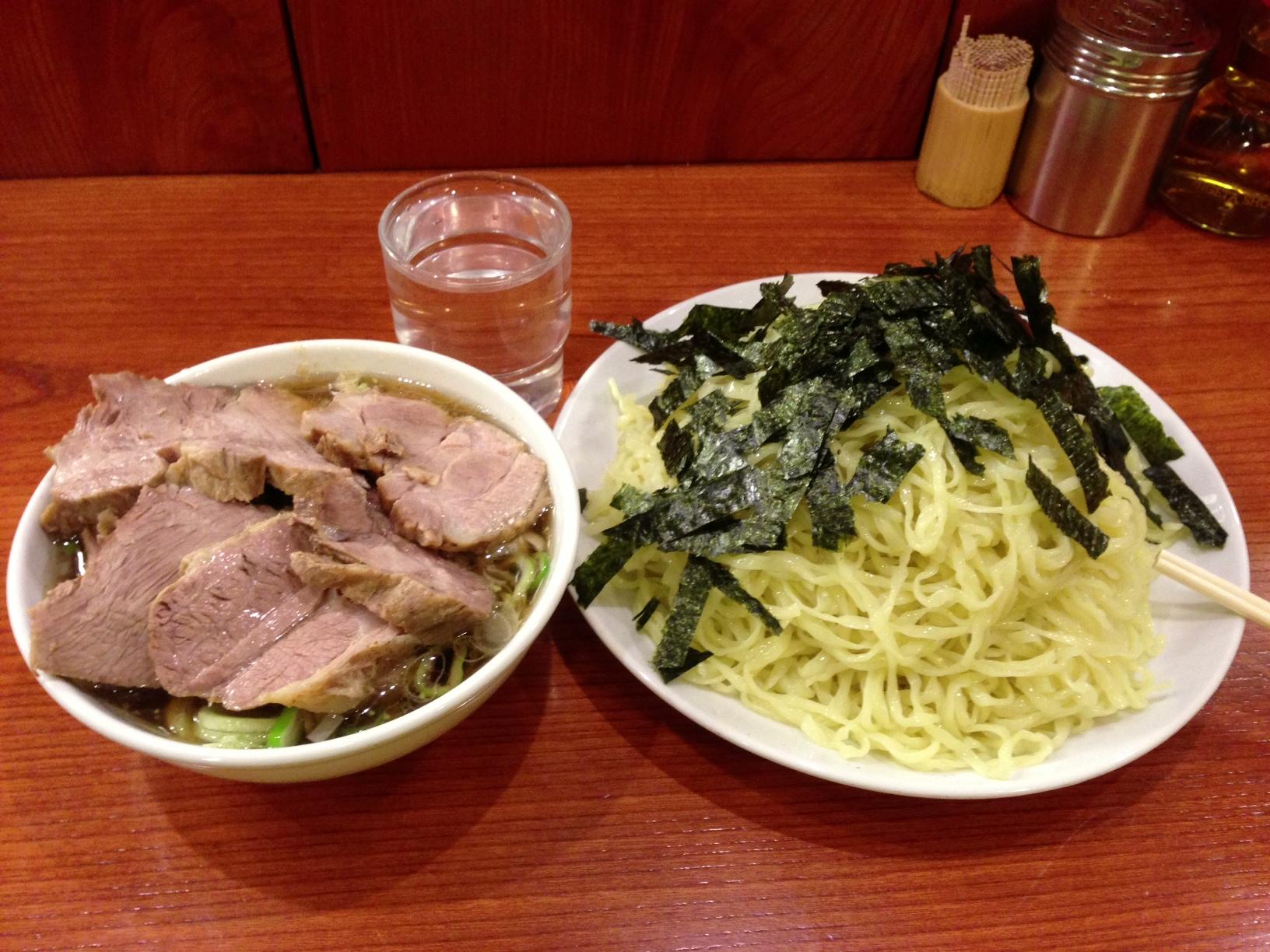 新宿の有名なチャーシュー麺の店。しょっぱ美味しい。